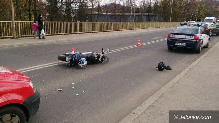 Jelenia Góra: Zderzenie z motocyklistą. 27–latek w szpitalu