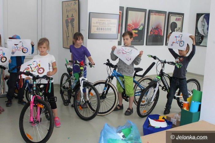 Jelenia Góra: Dzieci zdobiły swoje rowery w Galerii BWA