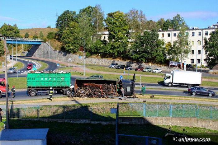 Jelenia Góra: Ciężarówka przewróciła się na rondzie