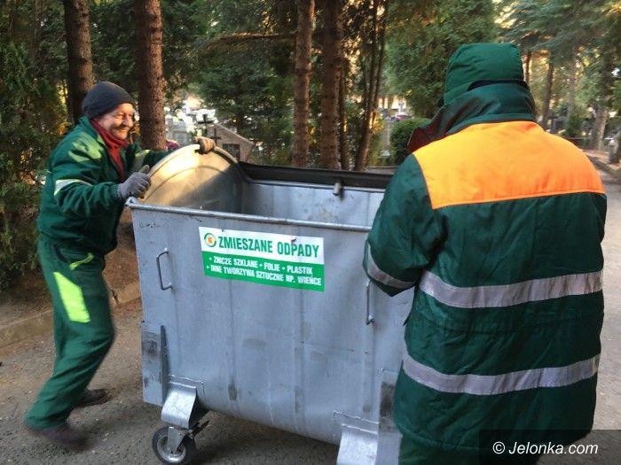 Jelenia Góra: Pracownicy MPGK sprzątali cmentarze do nocy
