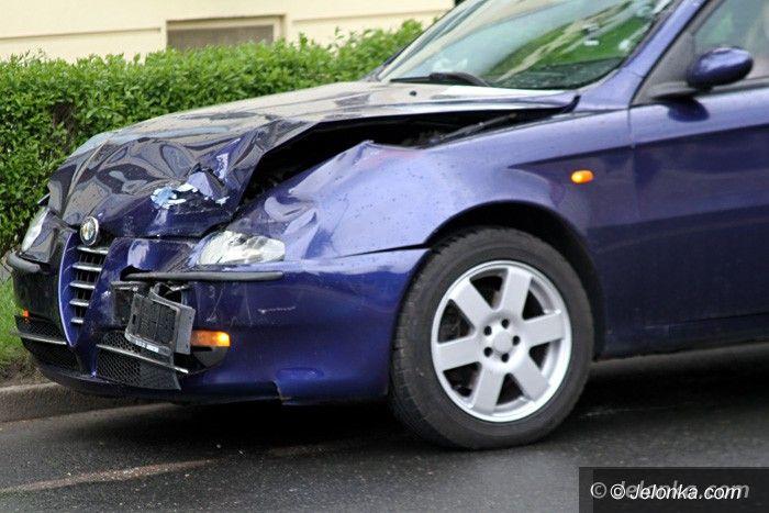 Jelenia Góra: Zderzenie z latarnią i najechanie na tył auta