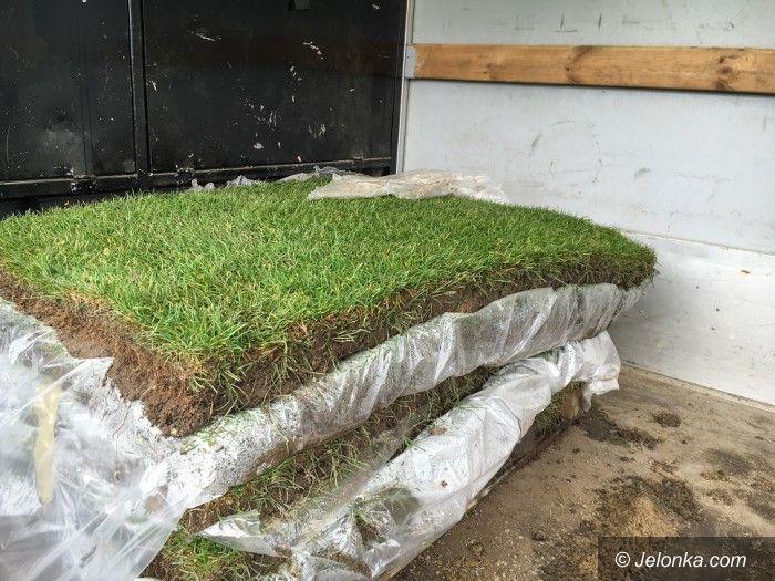 Jelenia Góra: Łatają murawę na stadionie