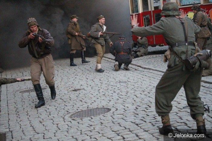 Jelenia Góra: Rekonstruktorzy przemierzali deptakiem