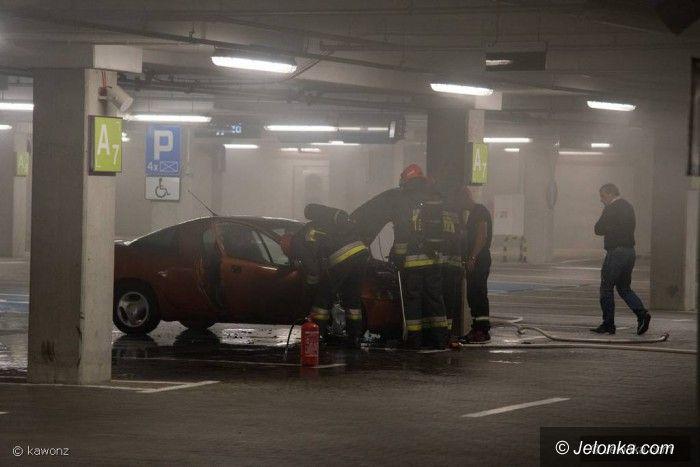 Jelenia Góra: Pożar auta na parkingu podziemnym w Galerii Sudeckiej