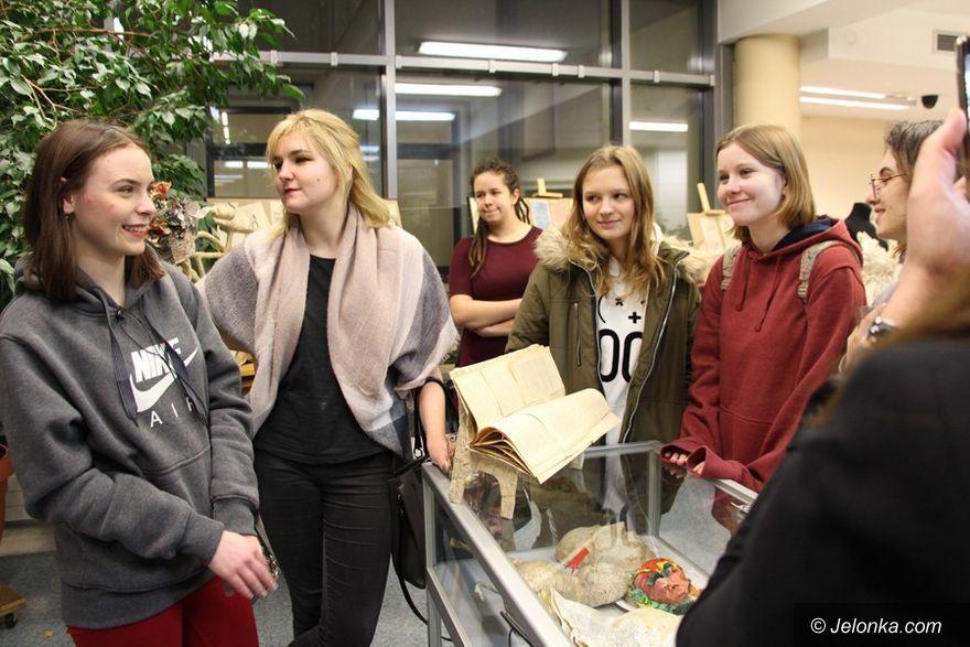 Jelenia Góra: Wystawa Liceum Plastycznego w Książnicy