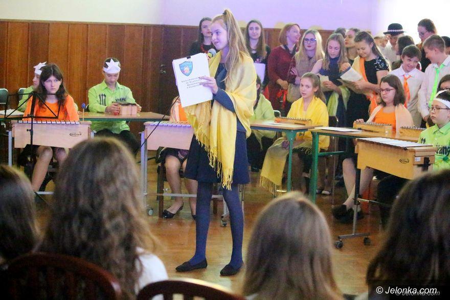 Jelenia Góra: Wspólne kolędowanie studentów z dziećmi