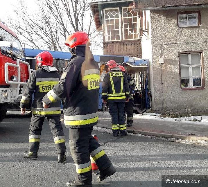 Karpacz: Autobus uderzył w dom w Karpaczu (aktualizacja)