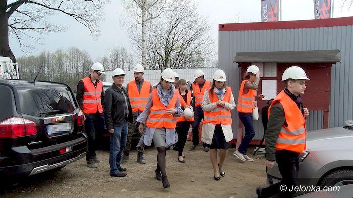 Podgórzyn: Łotewska delegacja na budowie szkoły w Podgórzynie