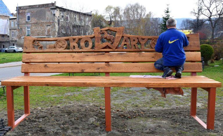 Kowary: Wyjątkowa ławka w centrum Kowar