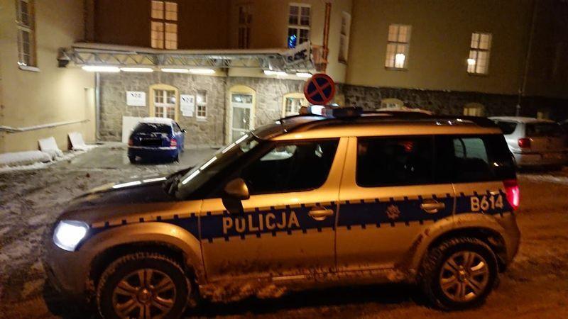Powiat: Policjanci pomogli rodzącej kobiecie