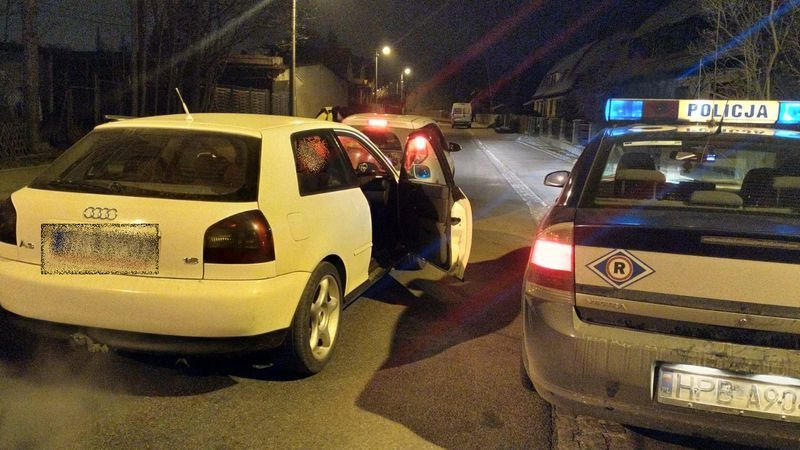 Jelenia Góra: Kierowała autem i holowała bez prawa jazdy