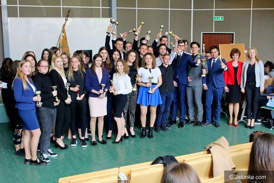 Jelenia Góra: Abiturienci ze świadectwami