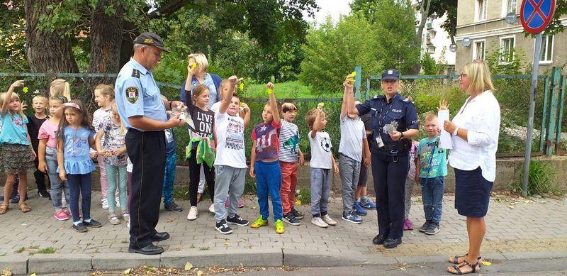 Jelenia Góra: Policjanci pod szkołami