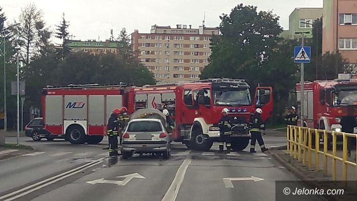 Jelenia Góra: Pożar auta przy rondzie