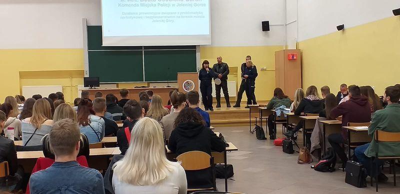 Jelenia Góra: Spotkanie ze studentami  o zagrożeniach