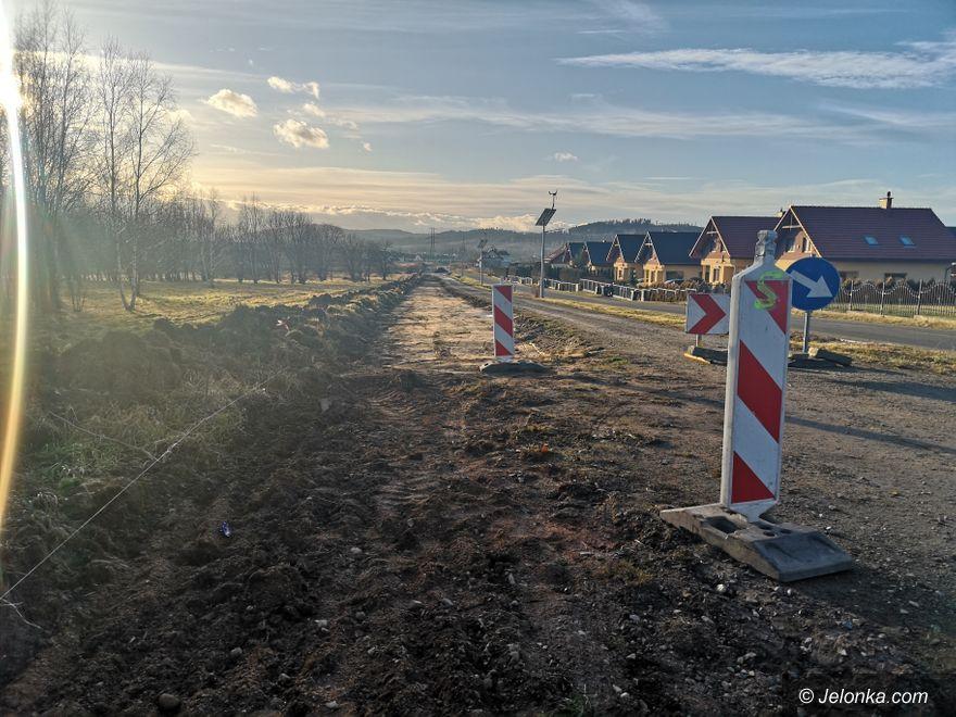 Jelenia Góra: Robią drogę wzdłuż granicy miasta