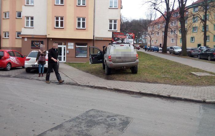 Jelenia Góra: Trawnik to nie parking (aktualizacja)