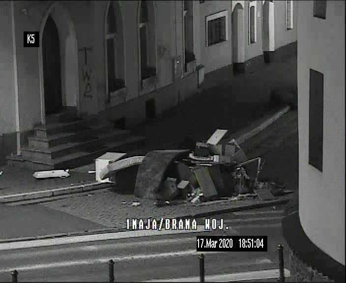 Jelenia Góra: Kierowca wysypał odpady na chodnik