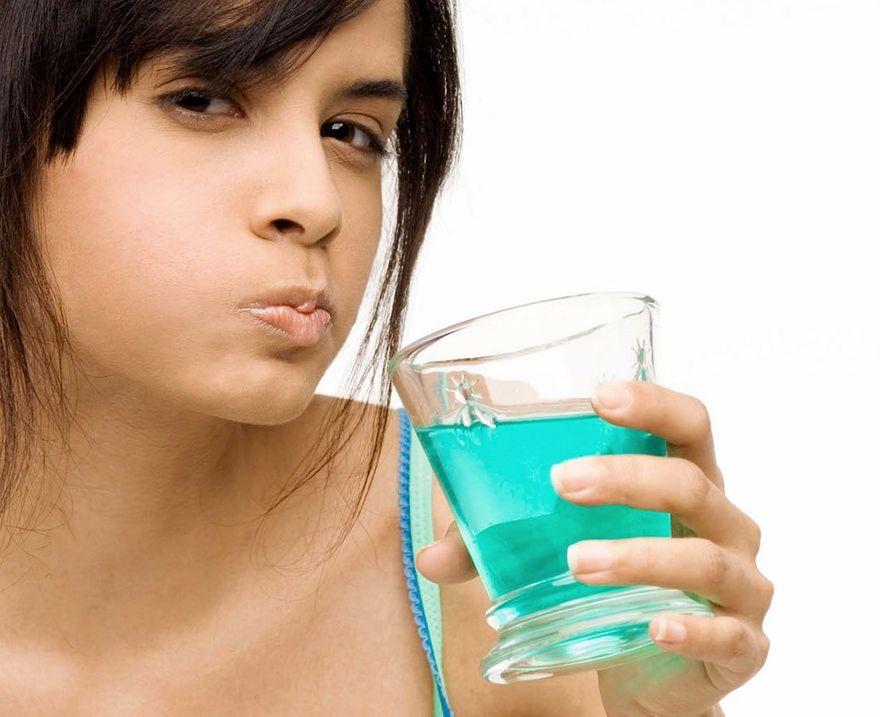 Polska: Jak poprawnie używać płynu do płukania ust?