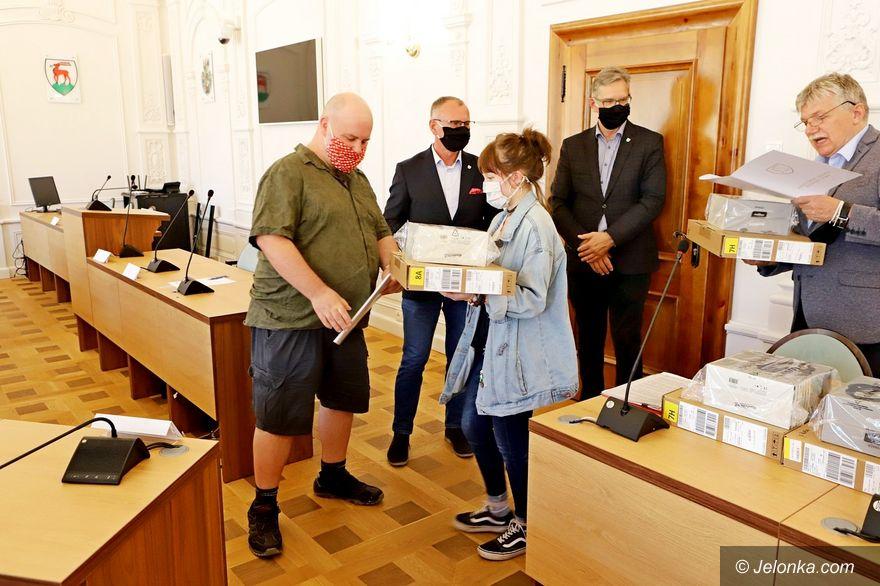 Jelenia Góra: Przekazali  laptopy dla rodzin zastępczych