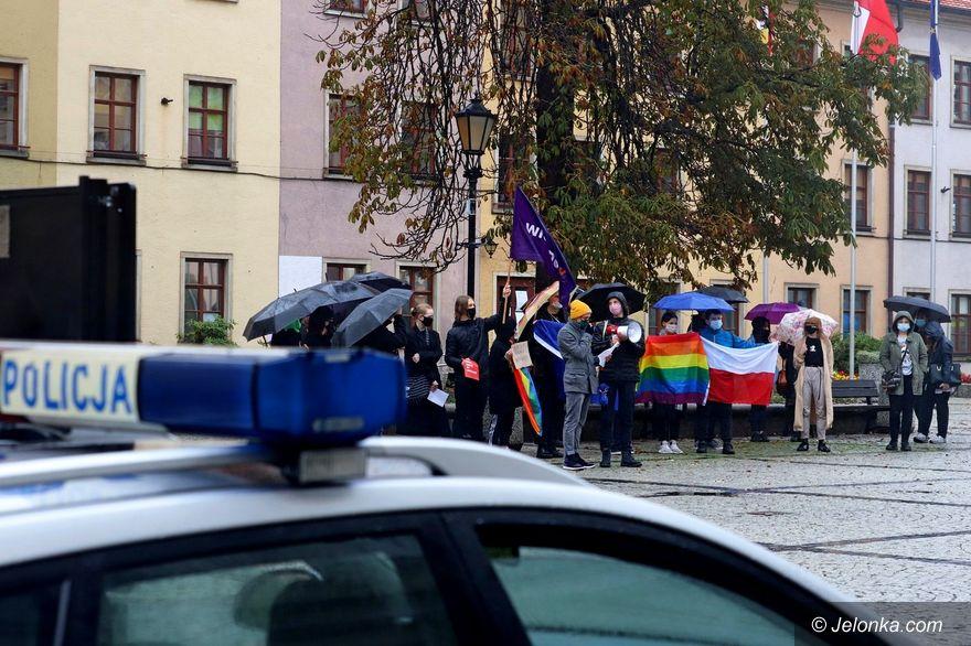 Jelenia Góra: Protest w strugach deszczu