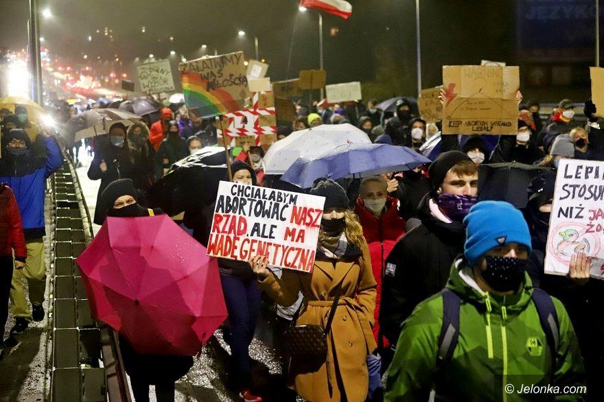 Jelenia Góra: Strajk Kobiet w strugach deszczu