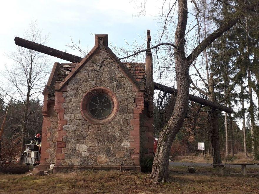 Lubomierz: Drzewo spadło na kapliczkę