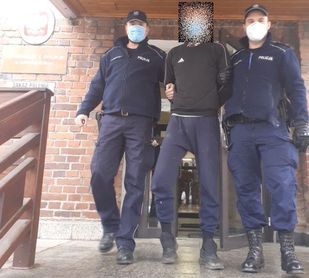 Kowary: Ukradli alkohol, uderzyli ochroniarza butelką