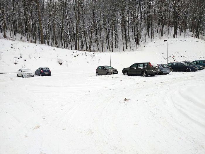 Jelenia Góra: Parking zasypany śniegiem