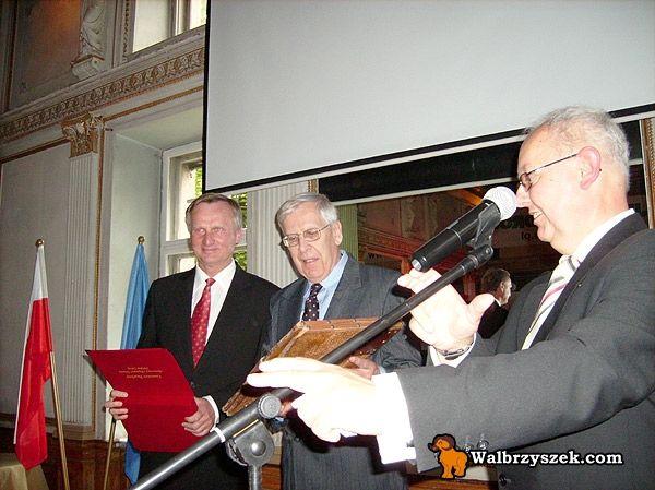 Guenter Boehm (w środku) z dokumentem potwierdzającym honorowe obywatelstwo