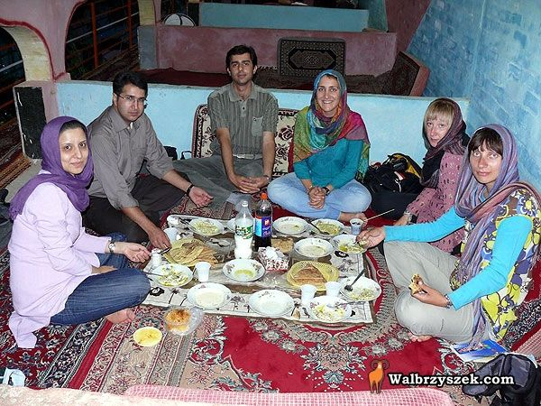 Irańska rodzina, która zaprosiła polskich podróżników na posiłek i nocleg. Obecne również dwie Polki, podróżujące w podobny sposób