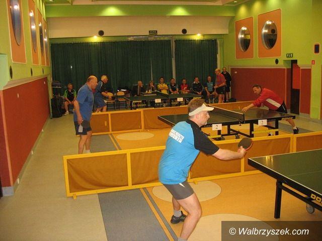 Wałbrzych: VIP–owie przy stołach tenisowych