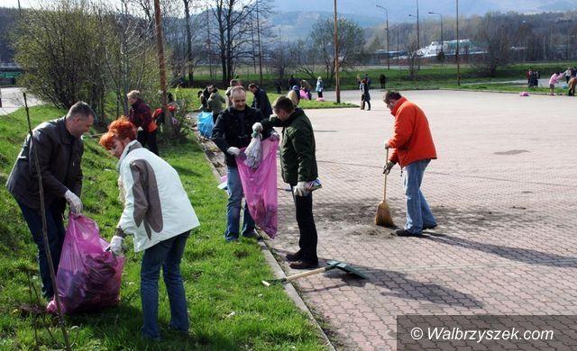 Wałbrzych: ZUS wysprzątał parking przy ul. 1–go maja w Wałbrzychu