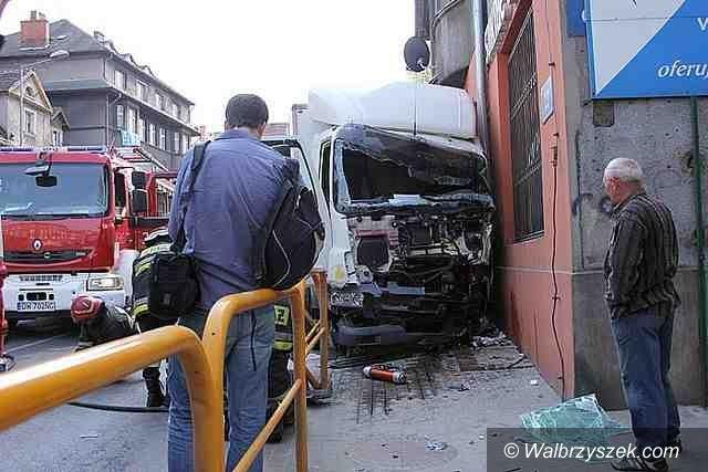 Wałbrzych: Ciężarówka uderzyła w budynek