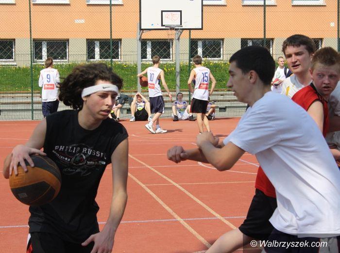 Wałbrzych: Gimnazjaliści zdążyli zagrać w kosza przed nadejściem zimy