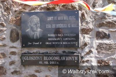 REGION, Gostków/Stare Bogaczowice: Nowa tablica przed kościołem