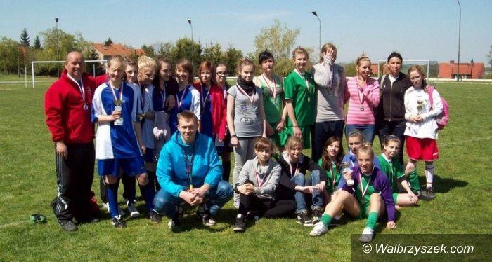 """Wałbrzych: Gimnazjalistki """"dziewiątki"""" wygrywają zmagania piłkarskie"""