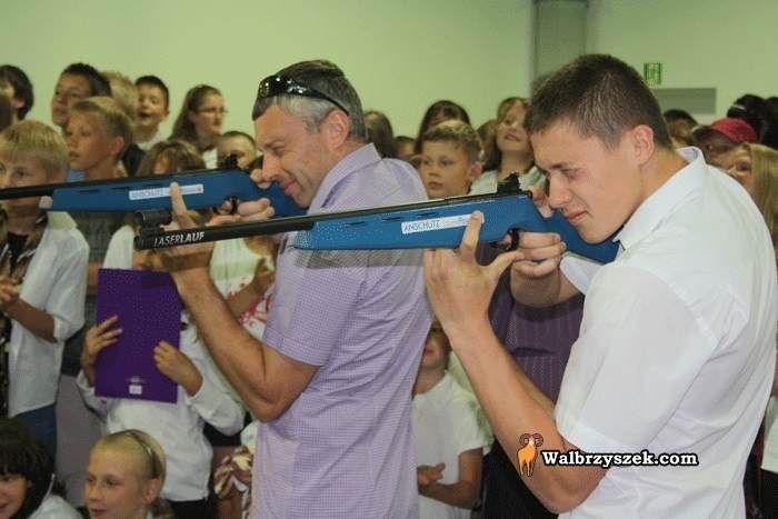 Mateusz Janik (z prawej) chce podążyć śladami Tomasza Sikory (z lewej) i odnosić międzynarodowe sukcesy w biatlonie