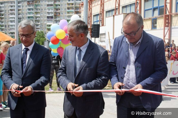 Wałbrzych: Minister Sportu Andrzej Biernat dokonał otwarcia kompleksu sportowego przy ZSI