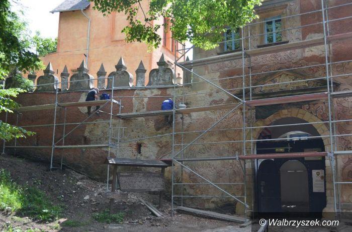Region: Prace przy sgraffito w Zamku Grodno