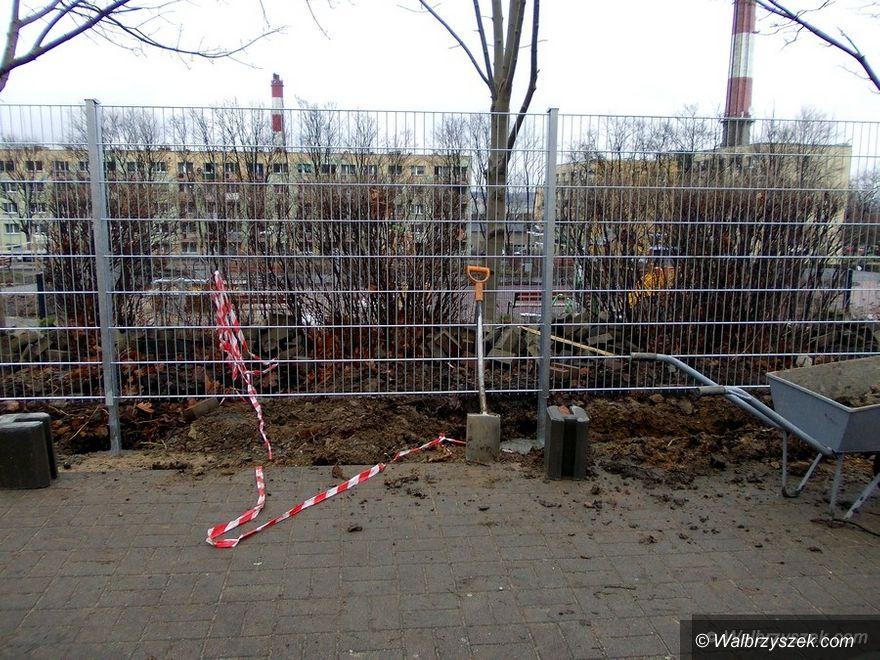 Wałbrzych: Trwa montaż ogrodzenia wokół Ogródka Jordanowskiego na ulicy Dunikowskiego