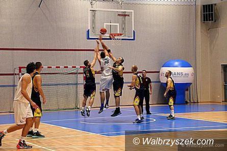 Wałbrzych: II liga koszykówki: Pokaz Niedźwiedzkiego i Glapińskiego