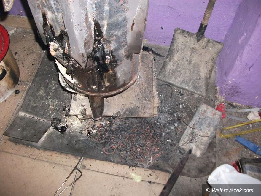 Wałbrzych: Paliła w domu wykładziną i nie tylko