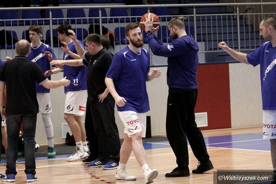 Wałbrzych: II liga koszykówki: Młodzież wysoko zawiesiła poprzeczkę