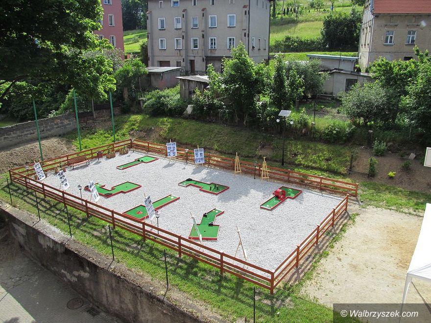 REGION, Boguszów-Gorce: Pole do minigolfa przy PSP nr 6 w Boguszowie–Gorcach otwarte dla mieszkańców