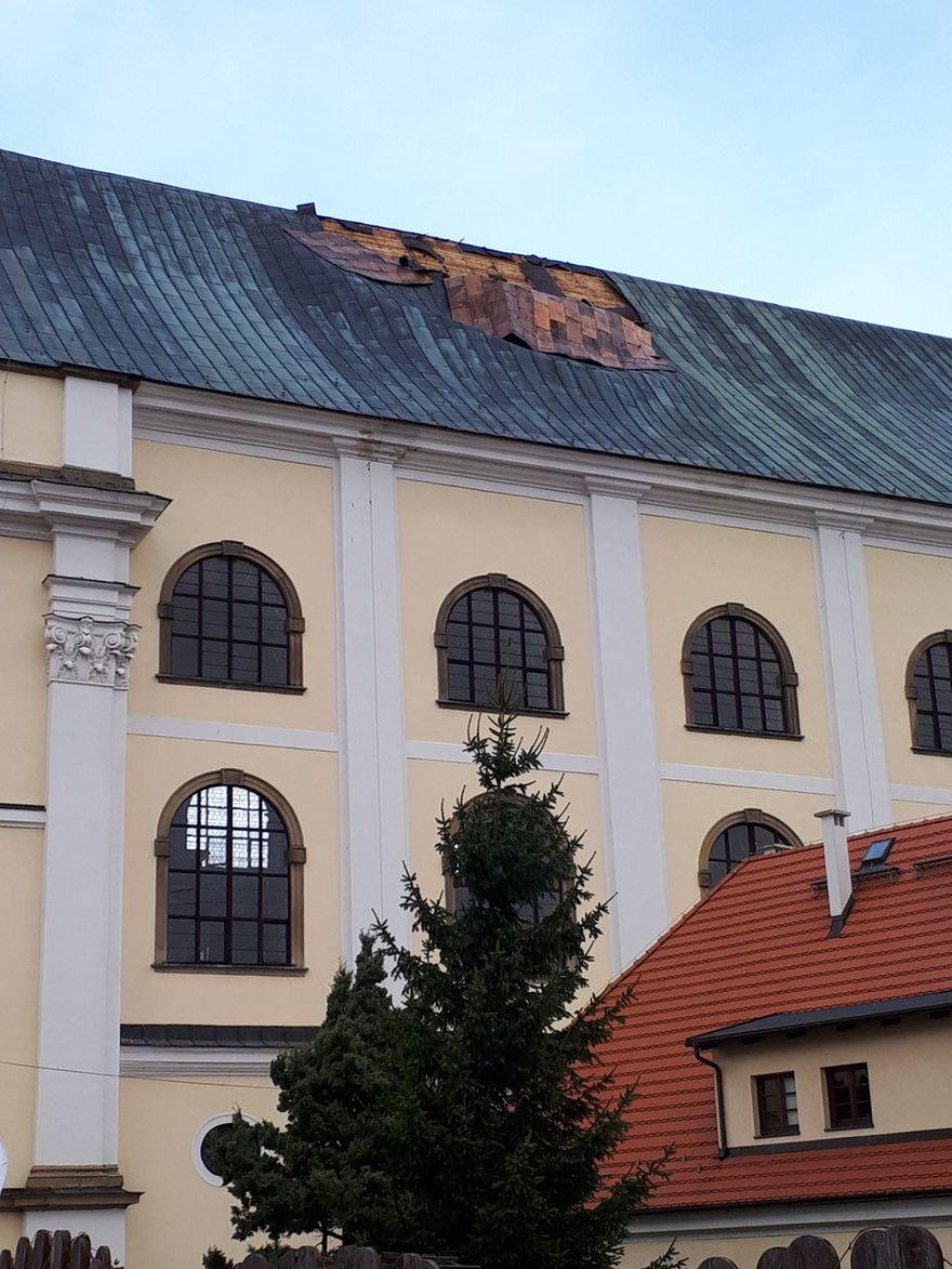 REGION, Krzeszów: Wiatr zerwał dach Kościoła pw. Św. Józefa w Krzeszowie