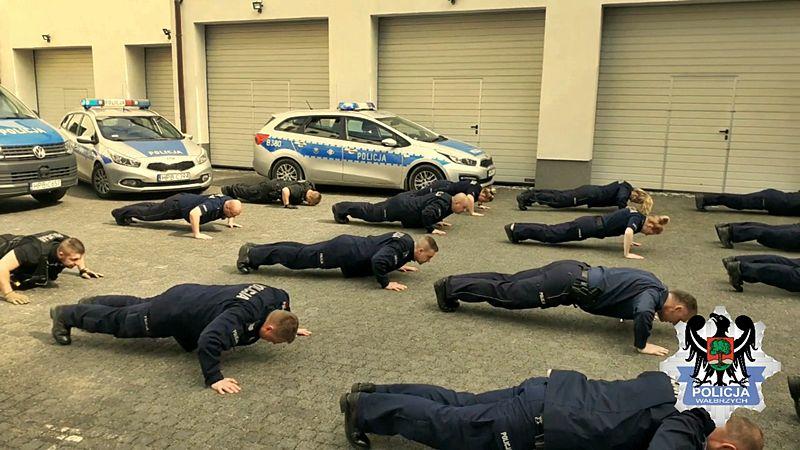 Wałbrzych: Policjanci pompowali
