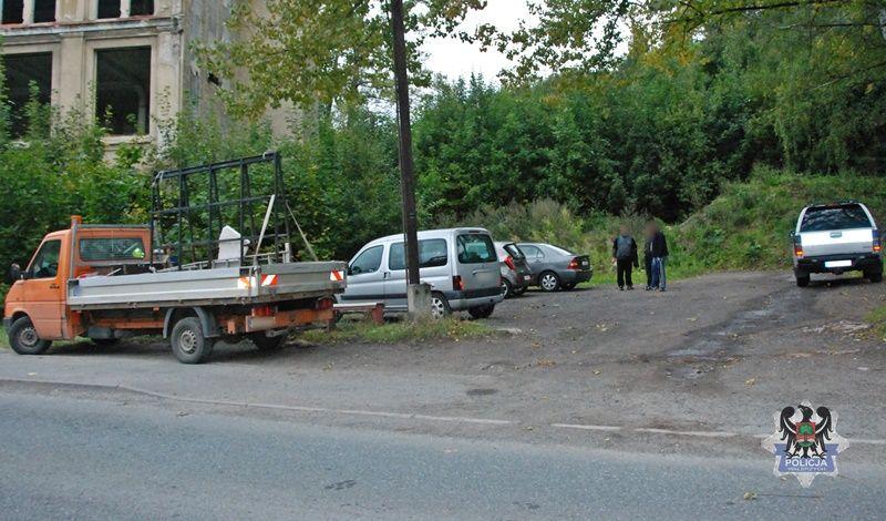 REGION, Jedlina-Zdrój: Łopatą po samochodach