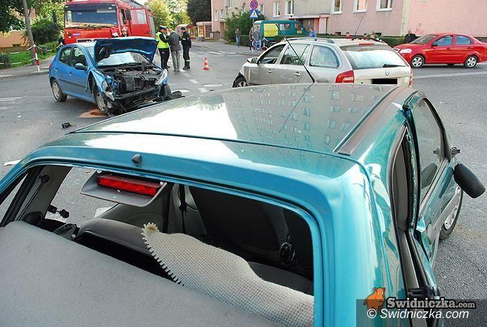 Świdnica: Fiesta kontra dwa inne auta, kierowca w szpitalu