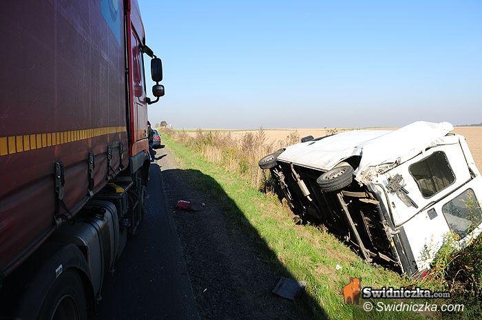 Grodziszcze: Bus w rowie, tir draśnięty, kierowca w kołnierzu